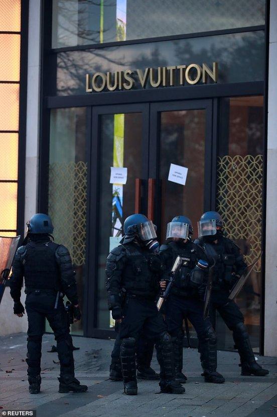 Paris'te lüks mağazalar yağmalandı