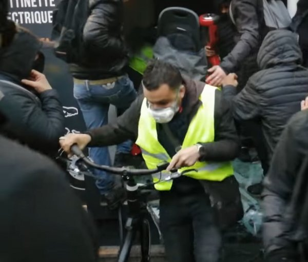 Protesters continue looting in Paris
