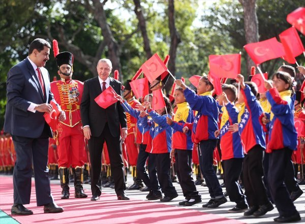 Maduro picks up fallen Turkish flag from ground