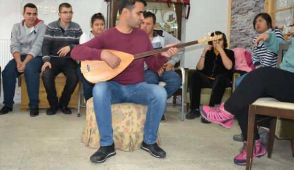 Görme engelli öğretmen engelliler için çaba sarf ediyor