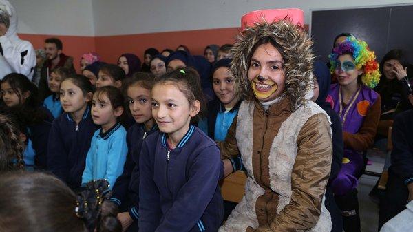 Üniversiteliler köy okullarına giyim yardımı