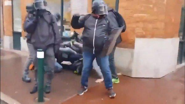 Fransız polisinden göstericilere dayak