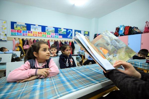 Öğrenciler önce kitap okuyup sonra ders işliyorlar