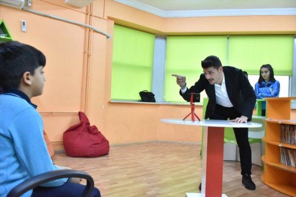 Öğrenciler kamera karşısında İngilizce öğreniyor