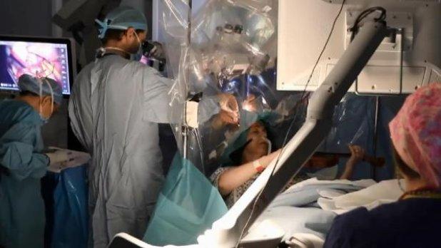 İngiltere'de beyin ameliyatı olurken keman çaldı