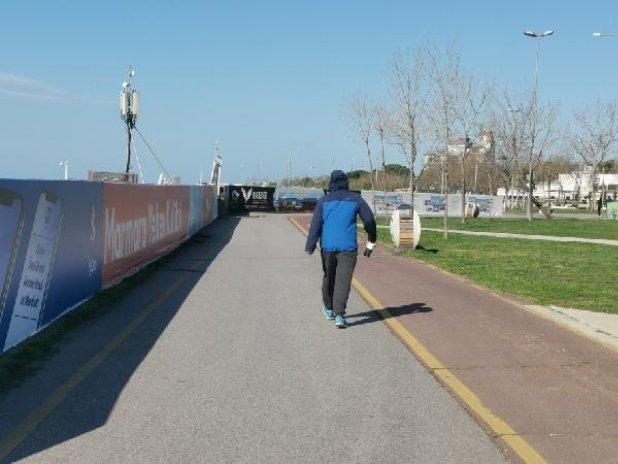 Yasağa rağmen sahile gelip, yürüyüş yaptılar