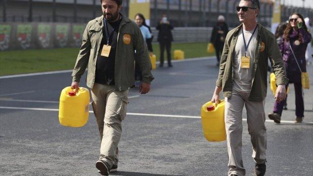 Afrika insanıyla empati kurmak için yürüyerek bidonla su taşıdılar #3