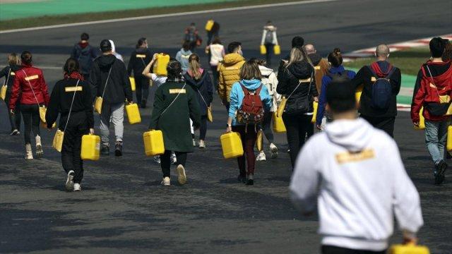 Afrika insanıyla empati kurmak için yürüyerek bidonla su taşıdılar #1