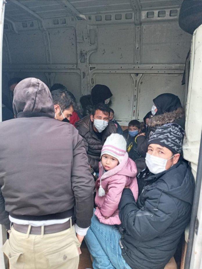 Çanakkale de kapalı kasa minibüste 38 kaçak göçmen yakalandı #1