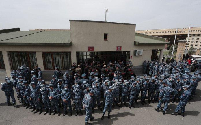 Ermenistan da asker yakınlarından protesto #1