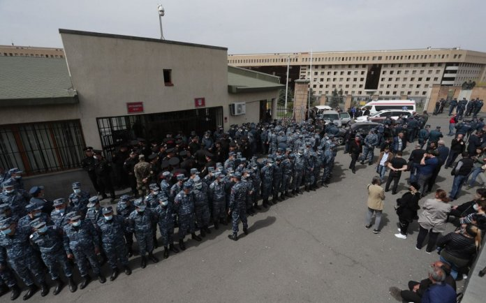 Ermenistan da asker yakınlarından protesto #2