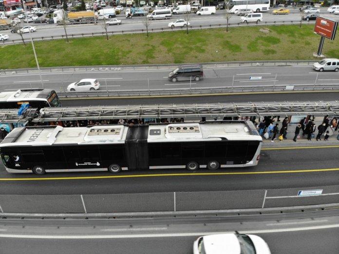 İstanbul'da metrobüs duraklarında dikkat çeken yoğunluk #1