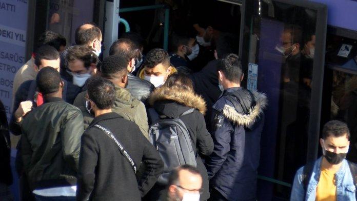 İstanbul'da metrobüs duraklarında dikkat çeken yoğunluk #4