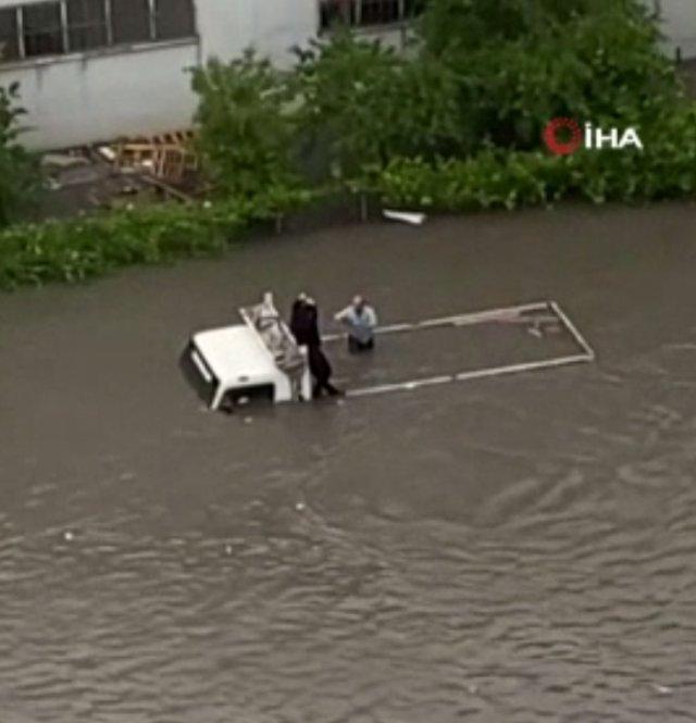 Ankara da selde mahsur kalınca, yüzerek giden kişi halatla kurtardı #3