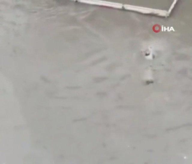 Ankara da selde mahsur kalınca, yüzerek giden kişi halatla kurtardı #2