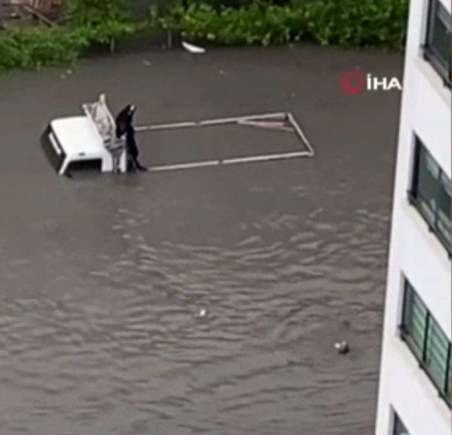 Ankara da selde mahsur kalınca, yüzerek giden kişi halatla kurtardı #1