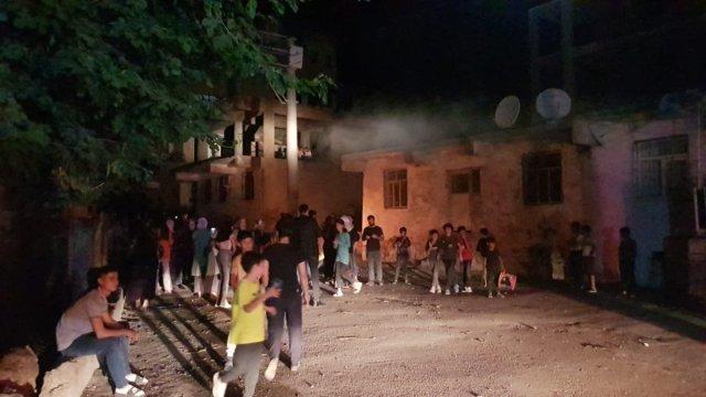Diyarbakır da sayaçların elektrik direklerine bağlanmasını protesto ettiler #2