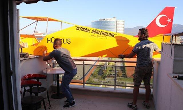 Denizli de evinde uçak gövdesi yaparak, balkonundan aşağıya indirdi #4