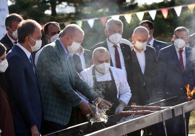 Cumhurbaşkanı Erdoğan lezzet festivalinde mangalın başına geçti #1