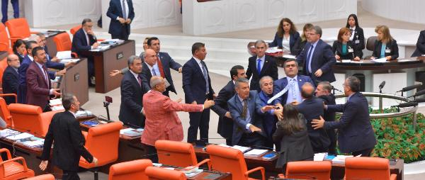 Meclis'te Alim Tunç'la Özgür Özel'in önlenen kavgası