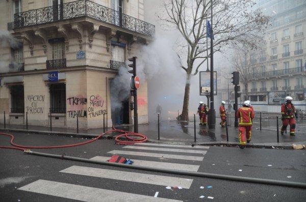 PKK'lı teröristler Paris sokaklarında