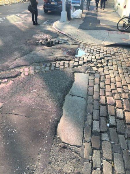 New York'ta parke taşlarına asfalt çalışması