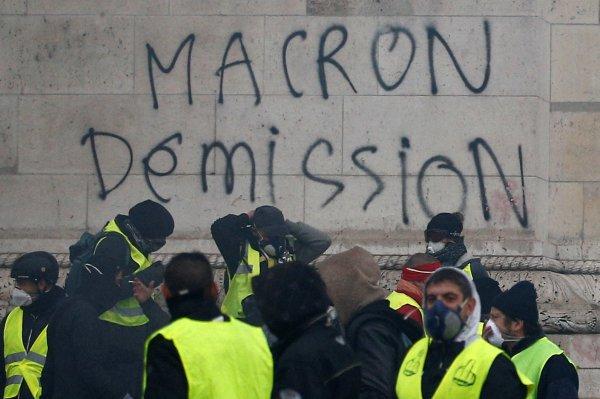 Macron Paris'te protestoların gerçekleştiği yere gitti