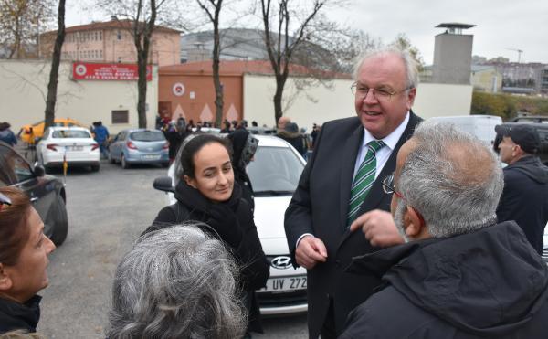 Alman Büyükelçi cezaevi önünde bekledi