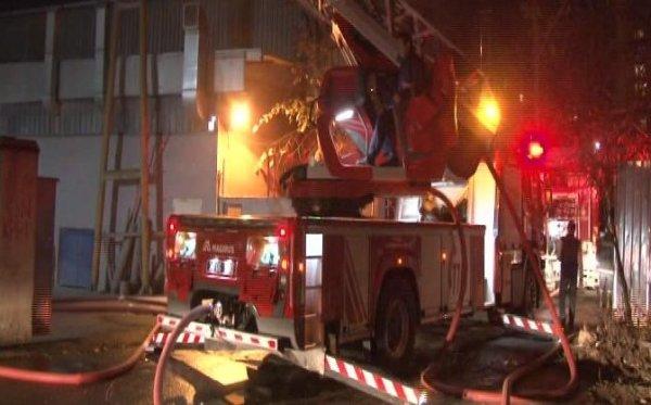 Mobilya fabrikasındaki yangında çalışanları mahalleli kurtardı
