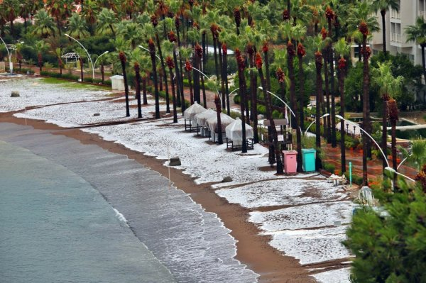 Dolu Marmaris sahilini beyaza bürüdü