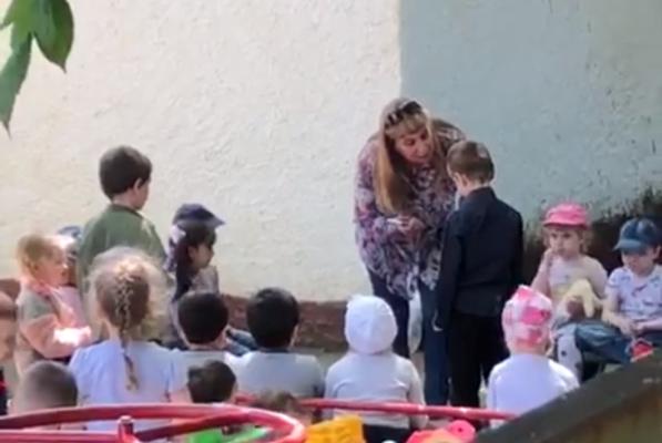 Заставившую ребенка целовать землю воспитателя уволят