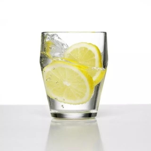 Limonlu su içmenin faydaları saymakla bitmiyor...