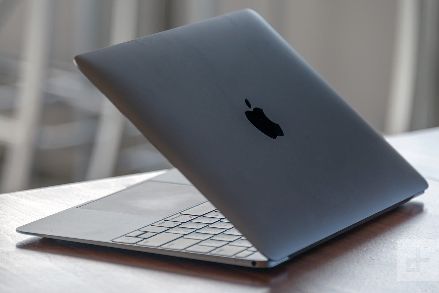 Apple MacBook-review-lid