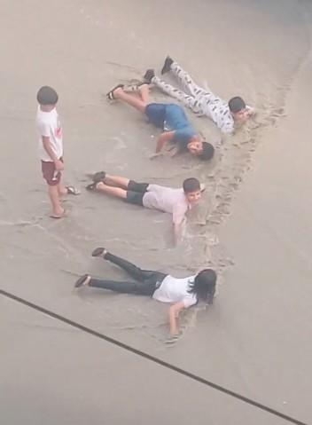 Çocukların yağmur sevinci
