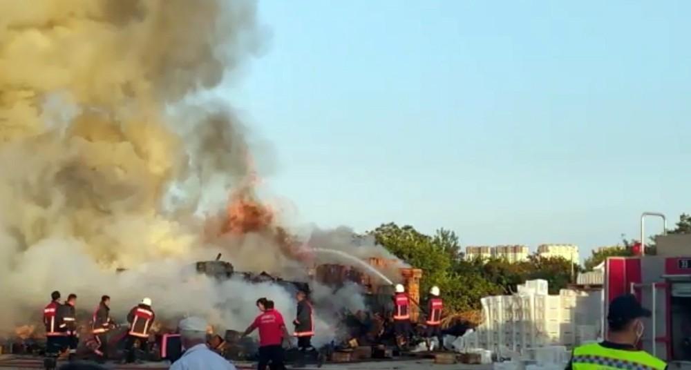 Fabrika bahçesindeki kasalar alev alev yandı
