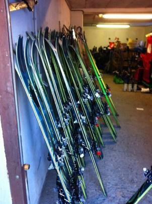 Ein Teil der Skier, die auf uns warten