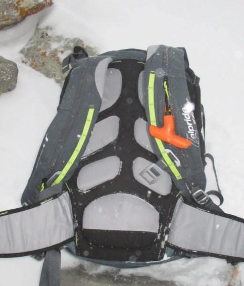Scott Airbag mit Auslösegriff für Rechtshändler montiert