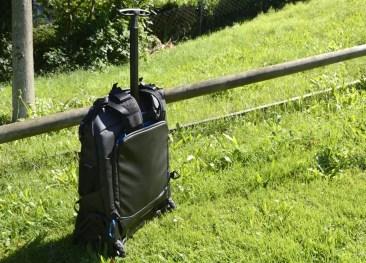 Belassen der Rucksacktragriemen bei Nutzung als Rolltasche - Variante: Enden der Trageriemen in Rückentasche stecken.