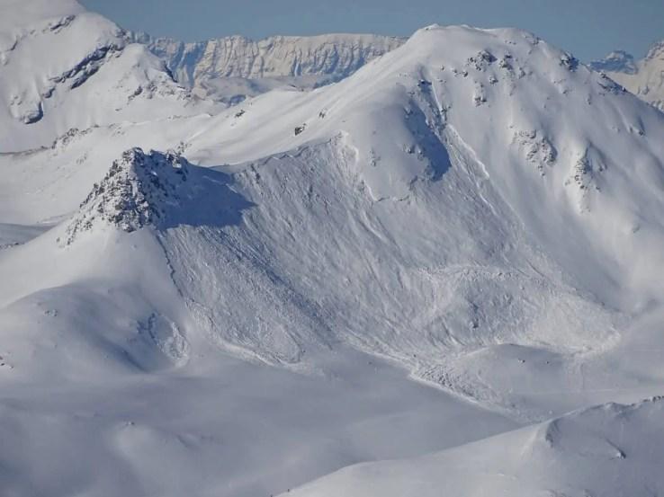 Im schwachen Schneedeckenfundament durch Skitourenfahrer fernausgelöste Lawine am Schafgrind bei Davos, GR. Foto: SLF/A. Bodisch, 19.01.2017