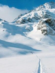 Wunderschöne Hänge führen zur Caralscharte. Rechts der Piz Caral, ein mächtiger Dreitausender; Foto: Rudolf und Siegrun Weiss