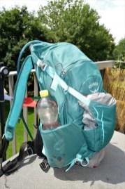 1l Flaschen passen grade noch in die Mesh Seitentaschen. Ein Kleidungsstück passt tiptop in die Einschubtasche.