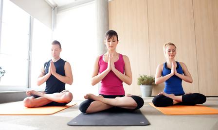 Le yoga basé sur la pleine conscience est offert par de plus en plus de studios de yoga.