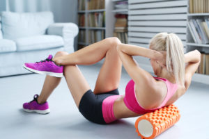 Bei Übungen zum Aufbau der Bauchmuskulatur muss auf eine gerade Körperhaltung geachtet werden. Achtsamkeit kann dabei helfen, die Übungen richtig auszuführen.