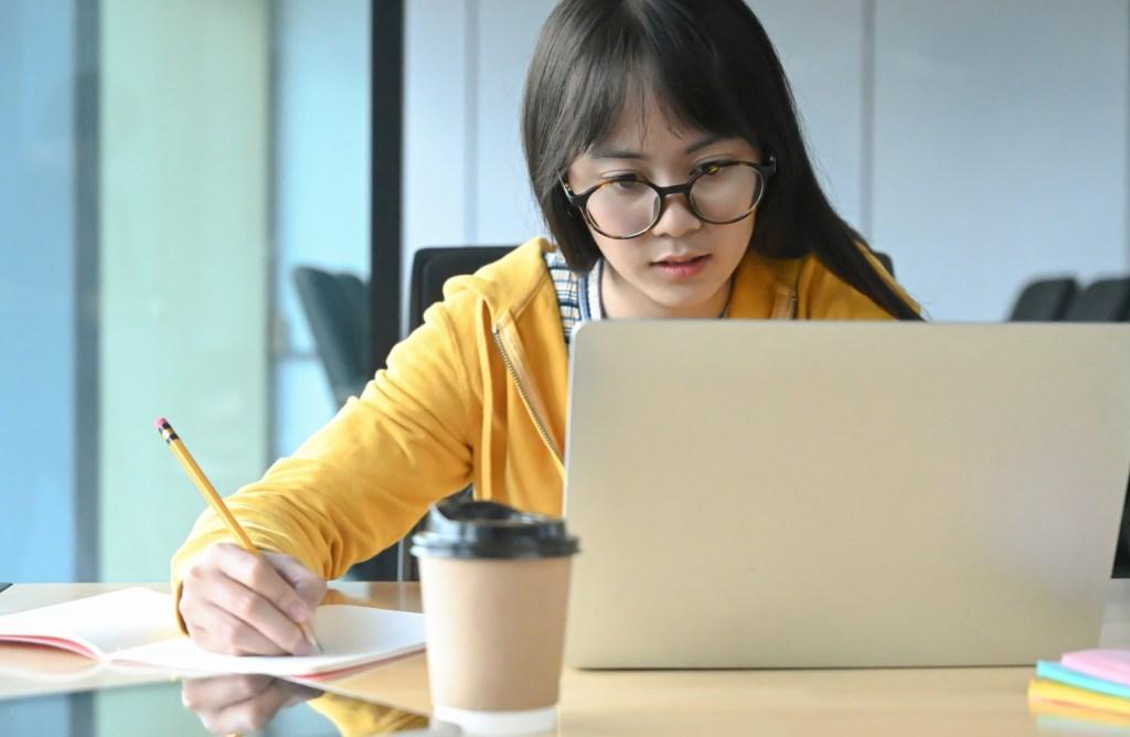 Jongere, icha, online studeren, onderwijs van thuis uit, thuis leren