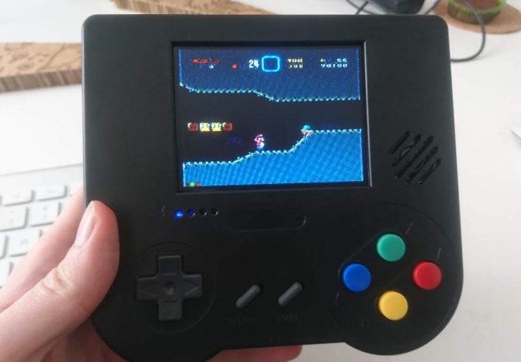 Foto meines RetroPie in Schwarz auf dem Super Mario World läuft