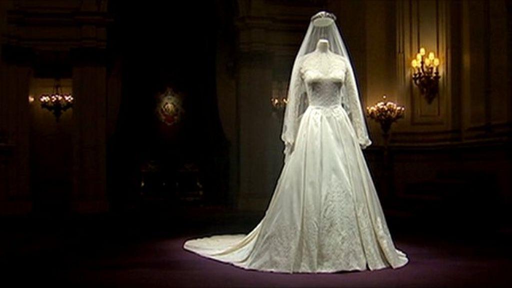 Duchess of Cambridges wedding dress on display  BBC News