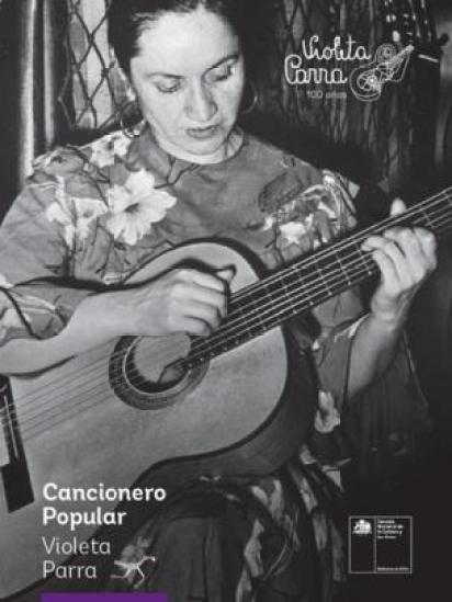 Violeta Parra tocando la guitarra (crédito: Consejo Nacional de Cultura y Artes de Chile)