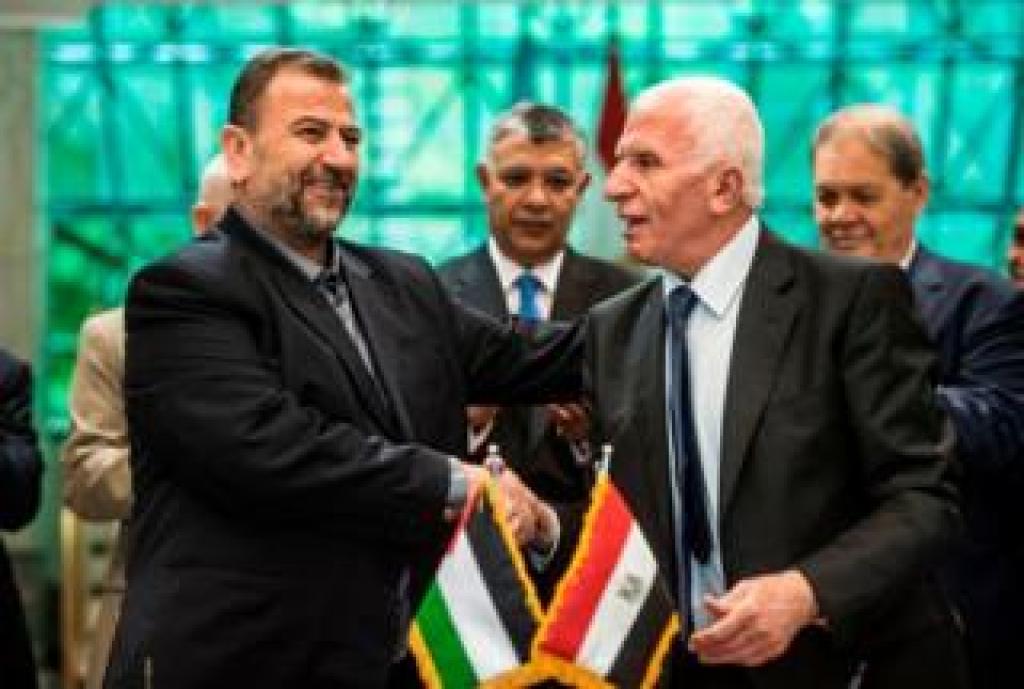 Firma del acuerdo de reconciliación entre el representante de Fatah, Azam al-Ahmad (der), y Saleh al-Aruri (izq.) de Hamas
