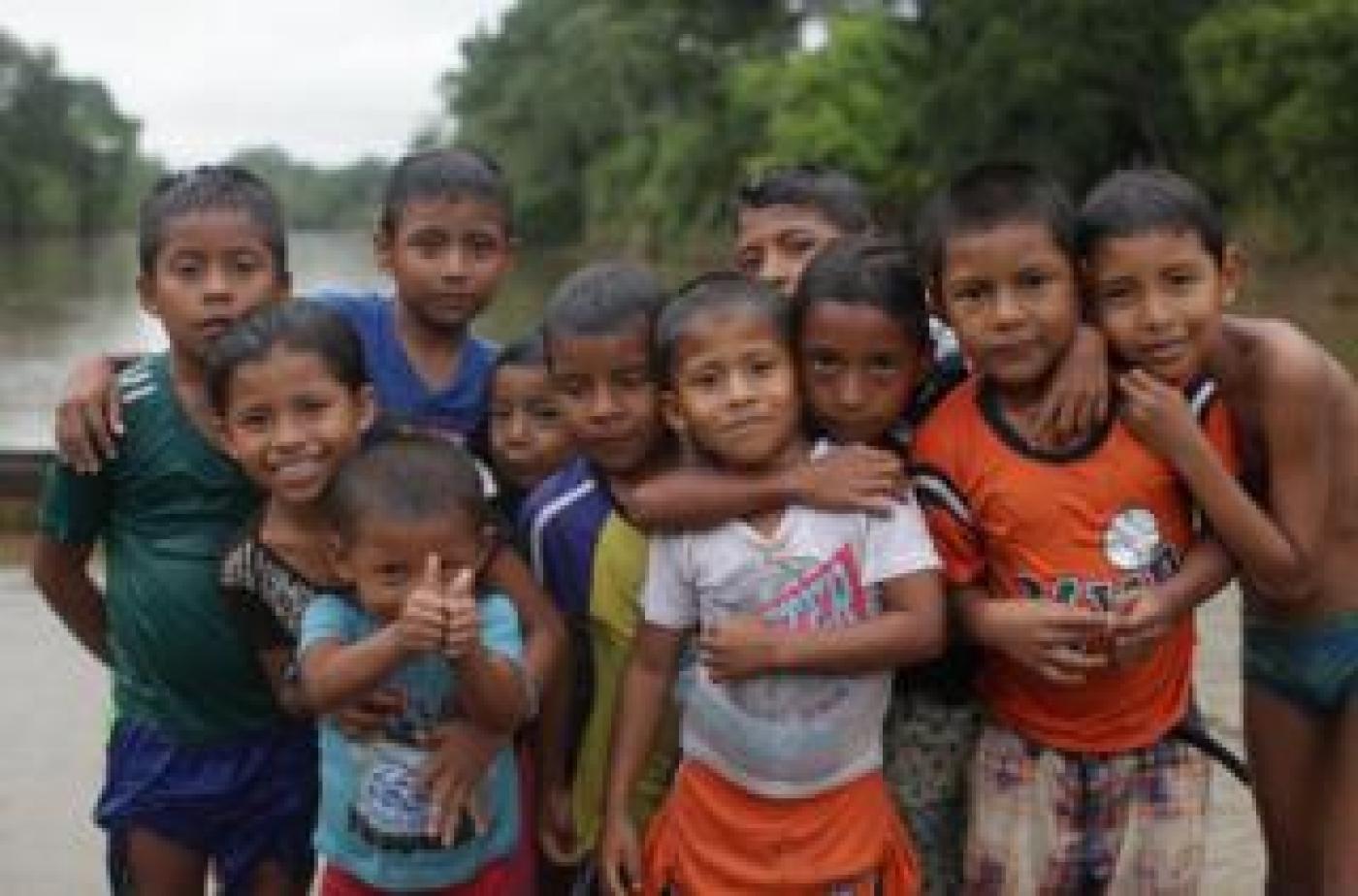 Niños en la lluvia