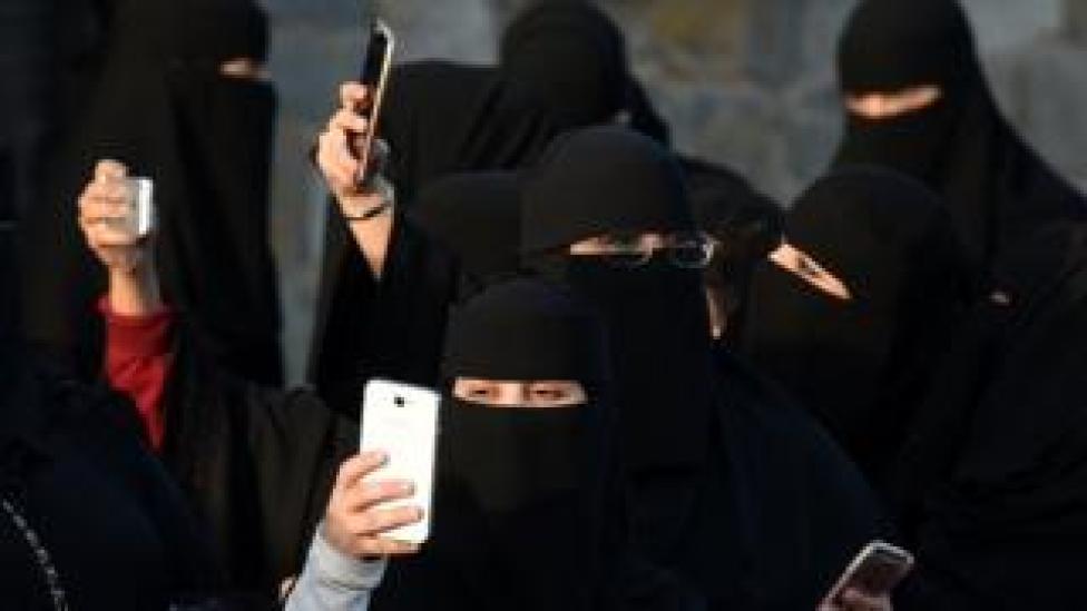 Saudi Women with smartphones